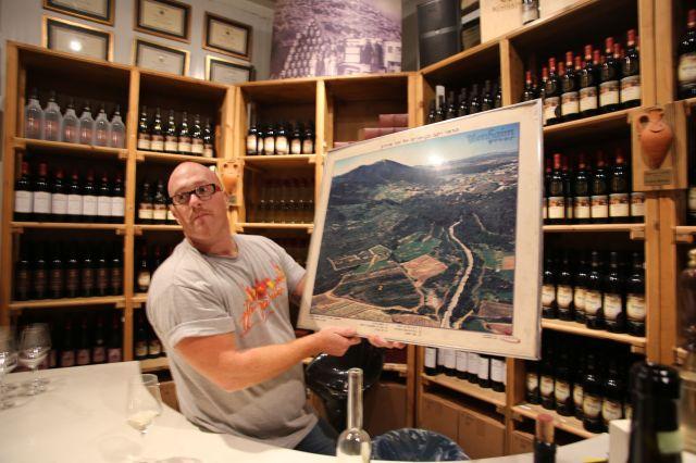 Itay Benhaim viser frem husets vinmarker.